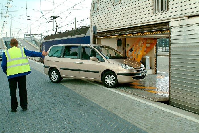 Wjazd samochodu osobowego do wagonu transportowego składu kolejowego kursującego wEurotunelu