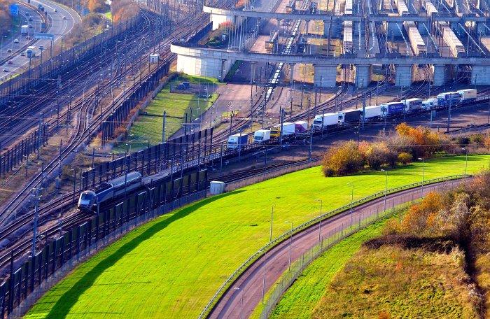 Pociąg przewożący wagonami transportowymi samochody dostawcze przez Eurotunel